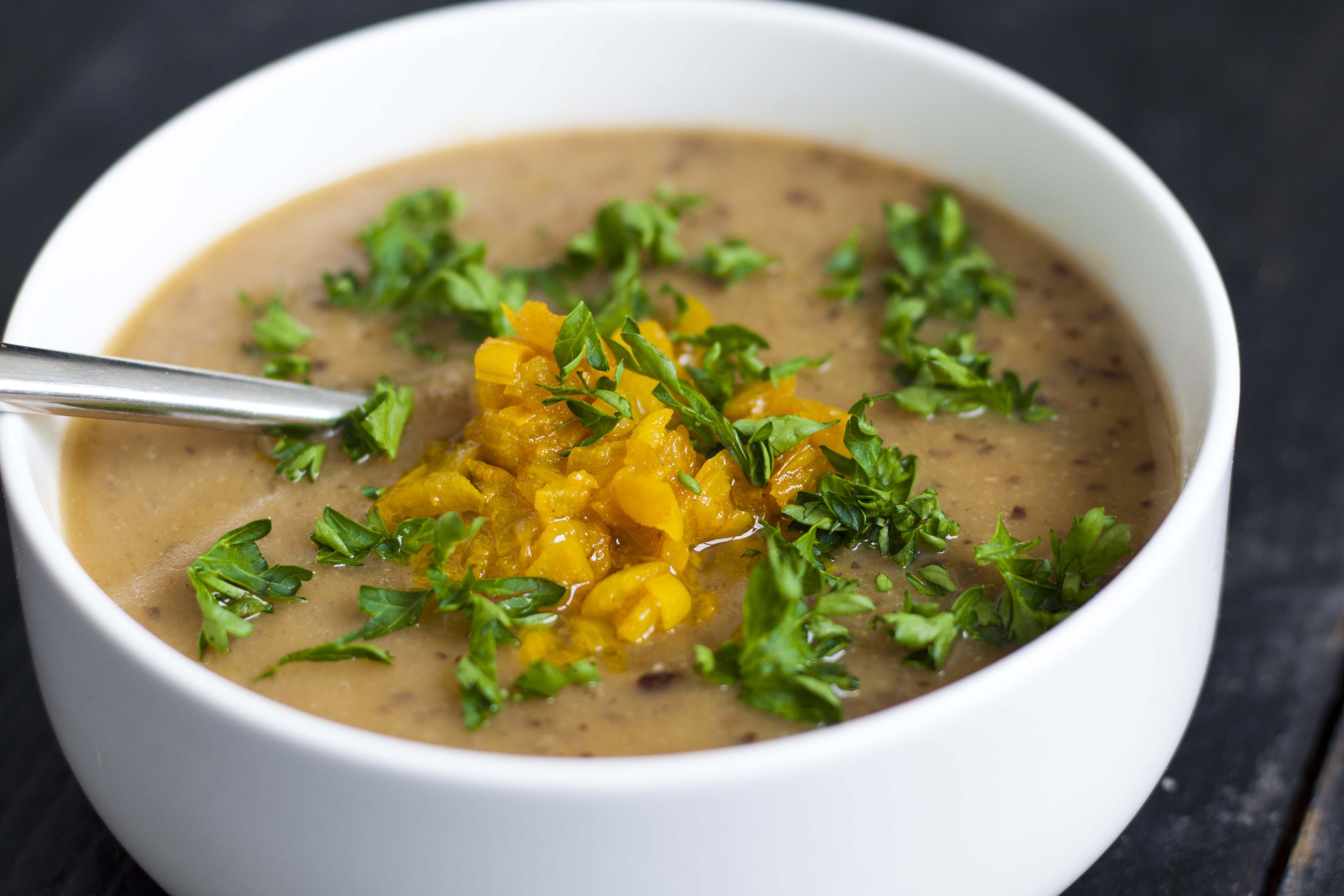 Суп из серого гороха и сельдерея с золотым луком